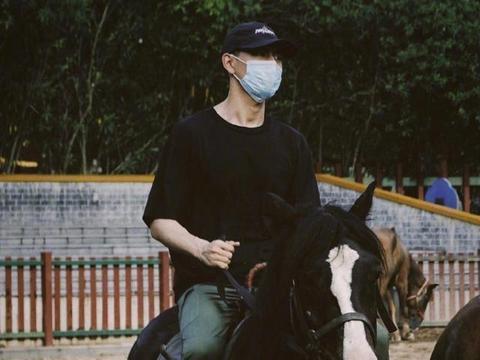 李现穿黑衫帅气骑马,威风姿势与李敏镐撞款,中韩两男神隔空PK