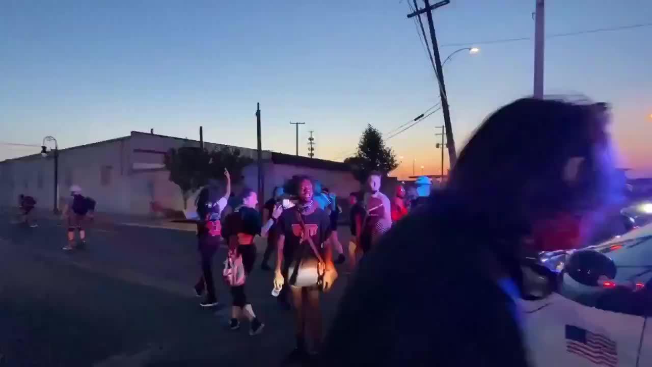 美国密歇根州底特律警方开车计划穿过示威人群……