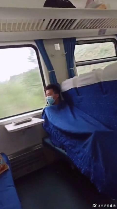 火车上的空调永远是个谜,冬天热死,夏天冻死,车上没几个人……
