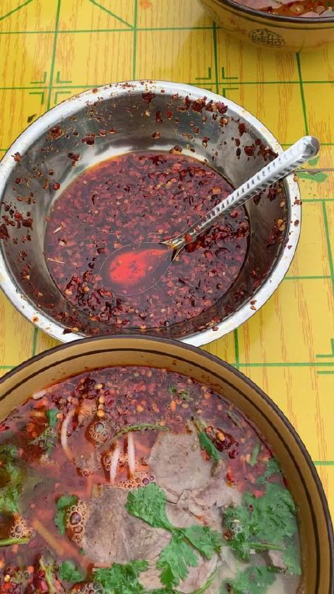 贵州毕节曾开军羊肉粉,10块钱一碗,油辣椒非常香