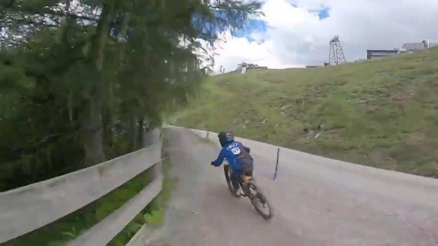 11岁的小男孩,自行车山地速降。这技术