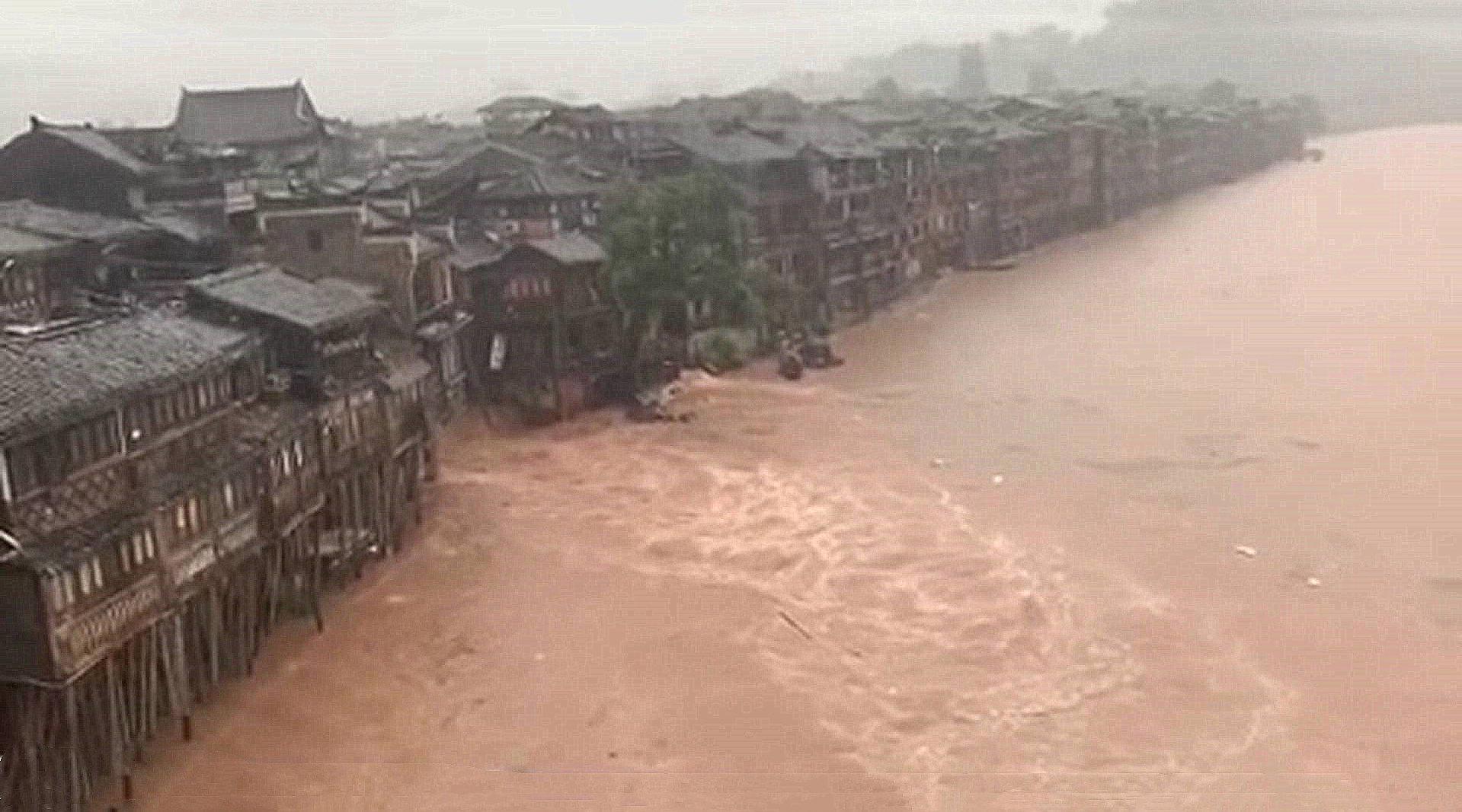 暴雨致沱江水位升高凤凰古城吊脚楼被淹
