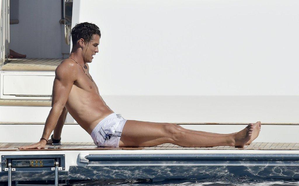 """35岁""""C罗""""带女友海滩度假!185cm/160斤肌肉身材,帅到想舔屏"""