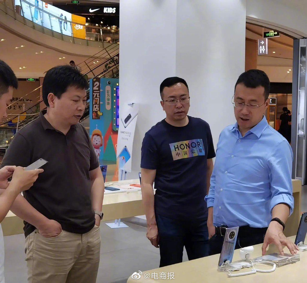 近日,余承东、赵明和何刚三位大佬一同现身线下手机门店……