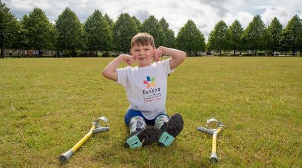 5岁截肢男孩行走6英里为医院募款