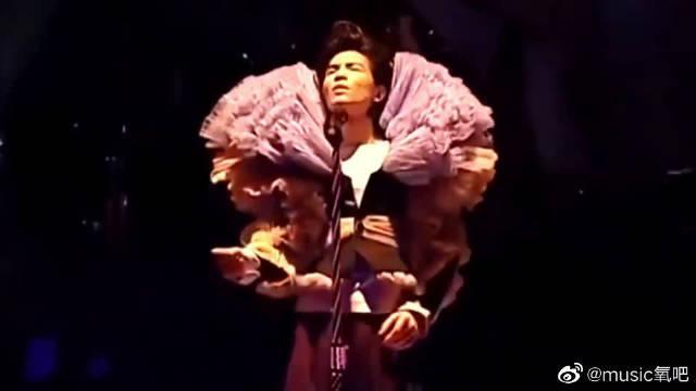 萧敬腾翻唱王菲《开到荼靡》,摇滚演绎带来惊喜,服装也很有特色