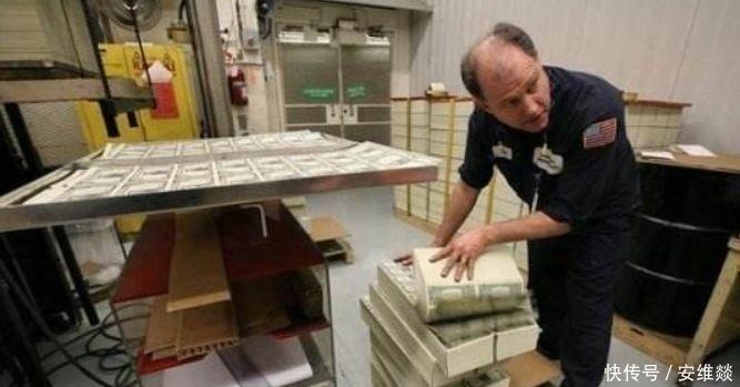 美国疯狂印钞,拿纸换取各国的真金白银,如何反击?
