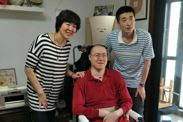 男排国手因伤瘫痪12年,母亲妻子改嫁,2岁女儿很乖巧