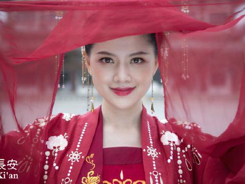 颜华在海外发布汉服照片 传播中华传统文化