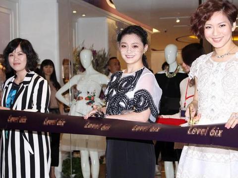 大S参与活动,白衫搭配开叉黑裙,整体风格优雅