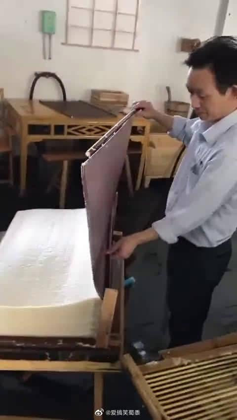 """宣纸是中国独特的手工艺品,享有千年寿纸的美誉,被誉为""""国宝"""""""