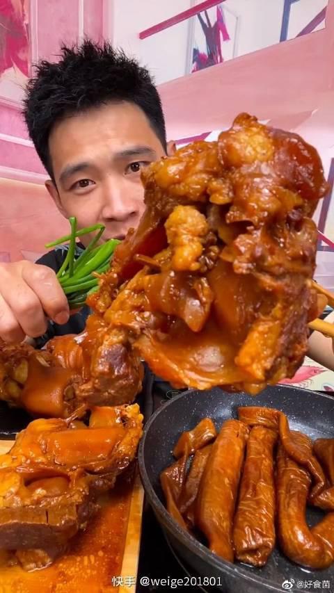 小伙大口吃肉太香了!真的是太可了啊!这就是我的爱啊!