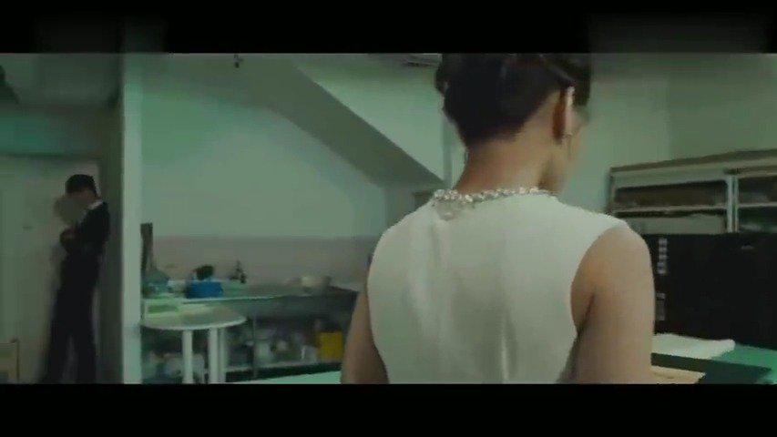 总裁拉着美女进了厕所,盯着美女就开始热吻起来,甜蜜