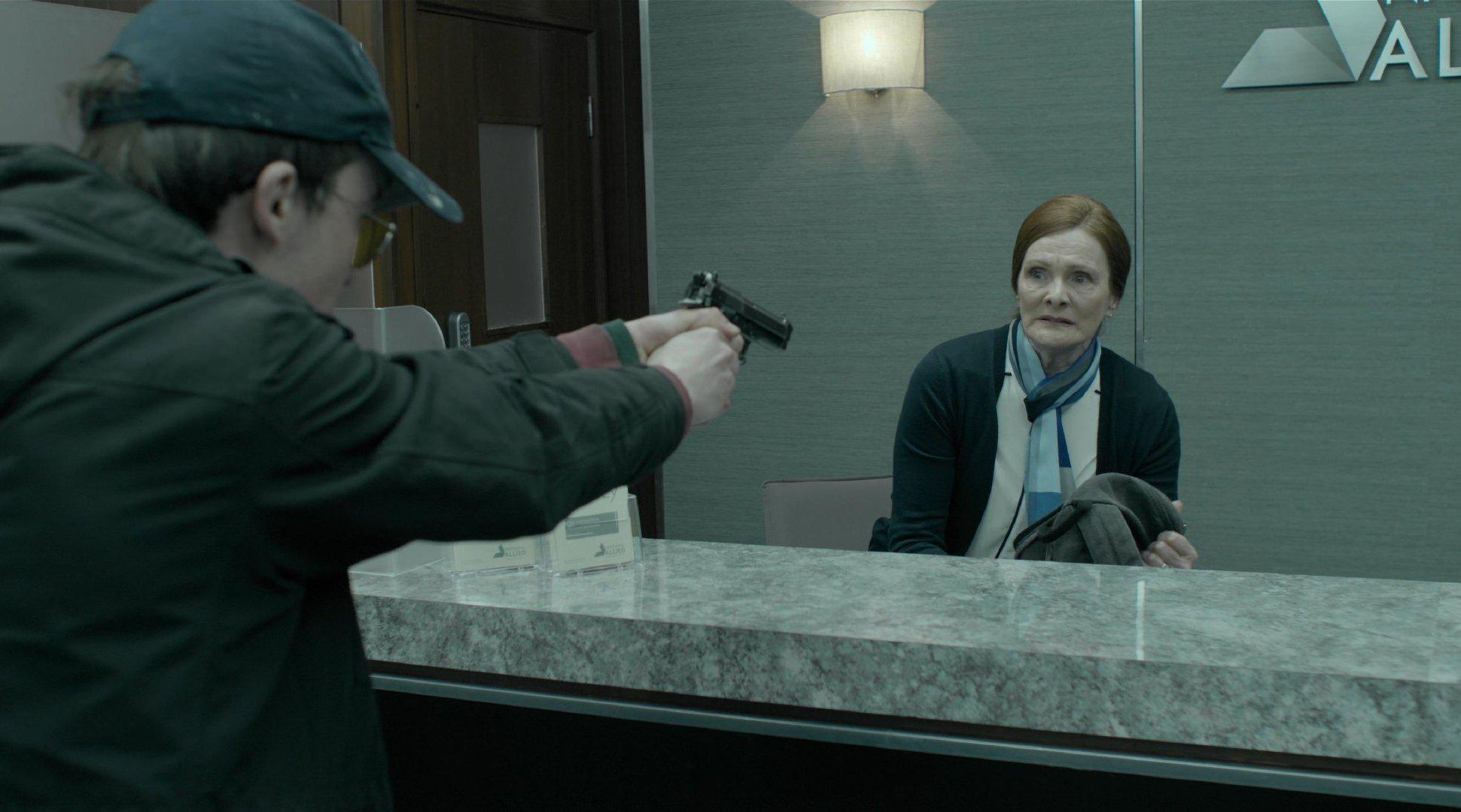 """小伙""""打灰机""""被黑客拍到,被威胁去抢劫银行,他竟真去了!"""