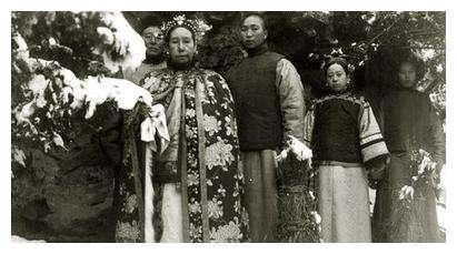 中国最具争议的两个女人:一个卖身受人夸赞,一个卖国遭人唾骂