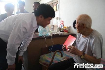 县委书记李守江一行到乔庄镇走访慰问建国前老党员和生活困难党员