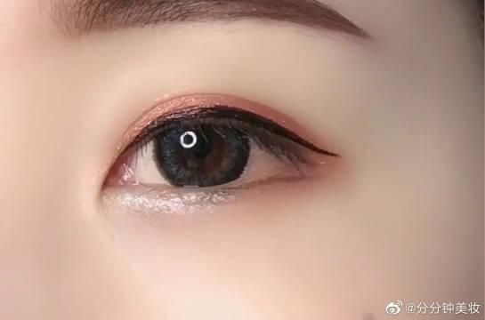 巧用眉笔画下至眼睑,让你的眼睛瞬间放大好几倍~