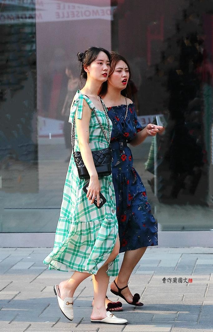 街拍:选择穆勒鞋的优雅美女