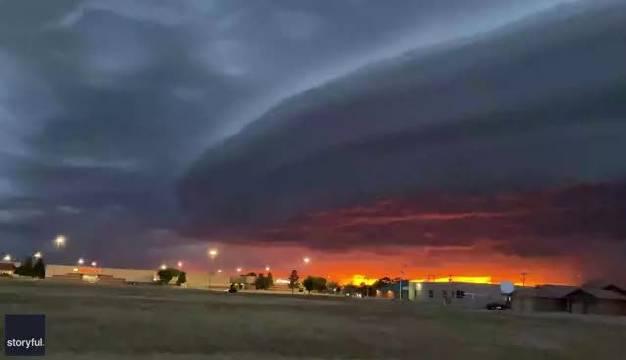 在美国新墨西哥州,巨型盘状云笼罩,云层中夹杂着闪电……
