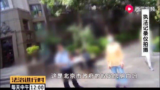 东城,一女子遛狗不拴绳,民警劝其办理狗证,女子不但不听……