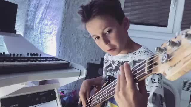 年仅9岁的贝斯手aron hodek演奏猹的girlfriend被翻牌了 大家九岁