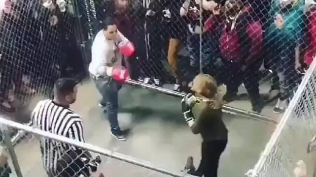 都说拉斯维加斯UFC APEX的铁笼小,看看什么是真正的小铁笼比赛