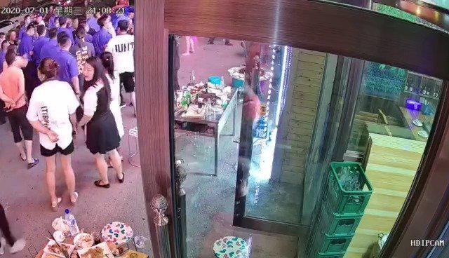 网友爆料:昨晚,长春市广德街裕民路交会饭局饭店一幕……