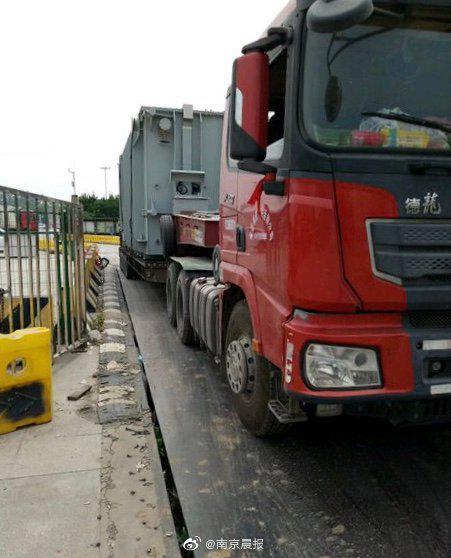 南京交警严查超限超载大货车 有人已经被拘