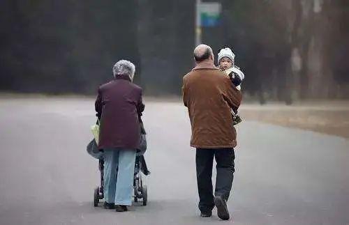 老人带娃的最大风险,不是宠溺,而是……