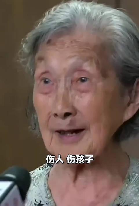暖闻回顾:百岁母亲批评七旬儿子……