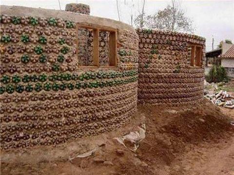 小伙用饮料瓶建造房屋遭嘲笑,而看到成果后无不拍手叫绝