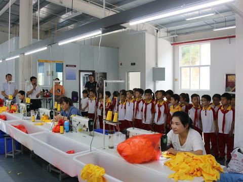 汉阴县漩涡镇中心小学组织一年级学生参观毛绒玩具厂