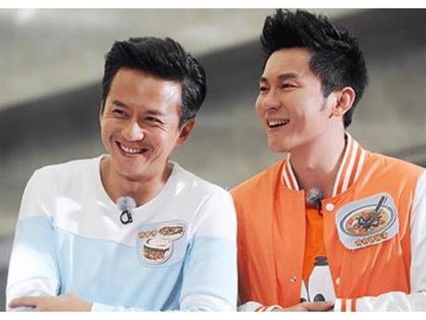 李晨录制跑男第八年,家里整整攒了三摞嘉宾的名牌,令人赞叹不已
