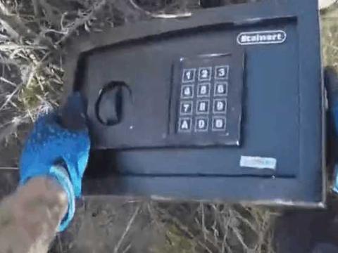 男子野外捡到标有按钮的黑匣子, 砸开细看后果断选择上交