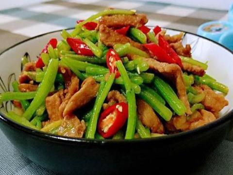 美食严选:糖醋鸡翅,茼蒿炒肉丝,凉拌黄瓜猪耳朵,番茄娃娃菜