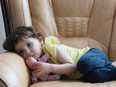 小女孩每天深夜准时噩梦惊醒,大男人也要开灯睡:只想安稳睡眠