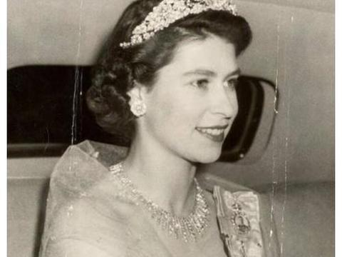英国女王年轻时有多美?王子禁止她单独出门,放弃王位陪在她身边