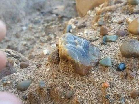 2亿年才形成的玛瑙湖,当地人却以为是普通石头,10年损失25亿