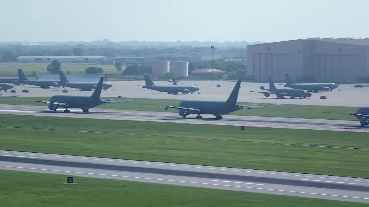加油机版大象漫步:麦康奈尔空军基地举行疏散演练
