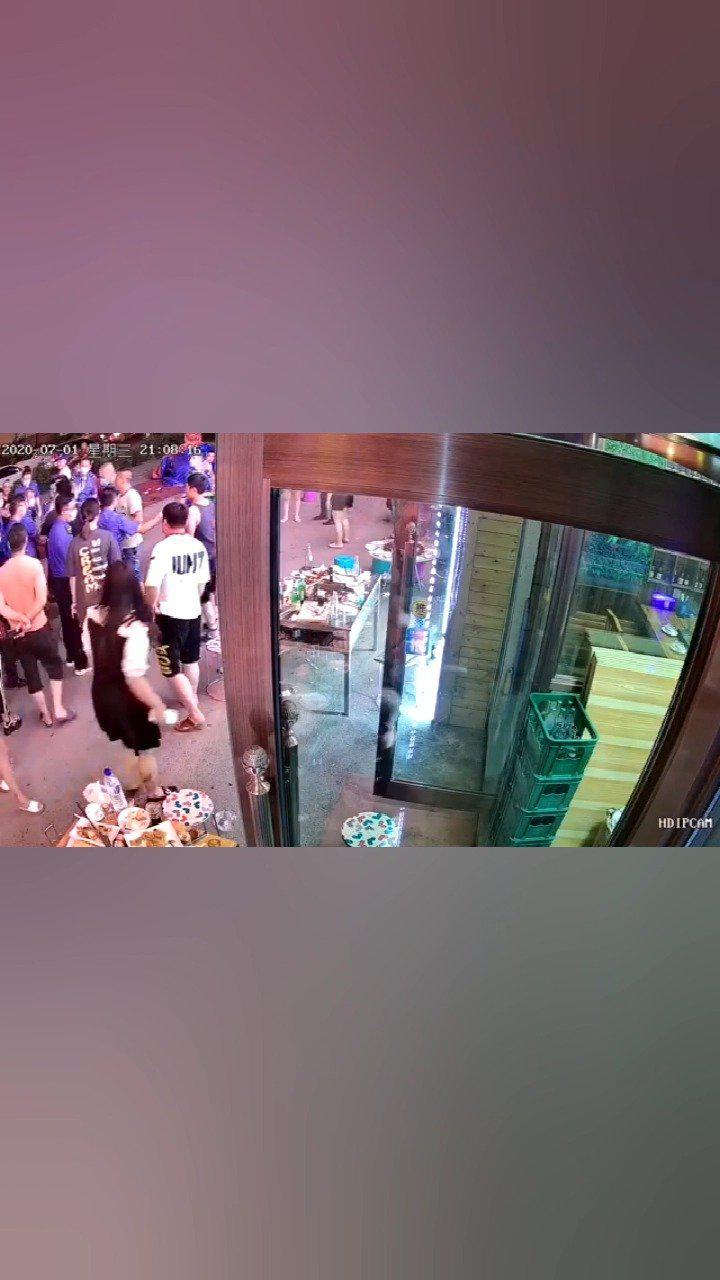 网友爆料:昨晚,长春市广德街裕民路交会,饭局饭店一幕……
