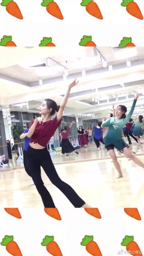 学校花高价请来的舞蹈老师,没想到幼师老师都挺给力,古风就是美
