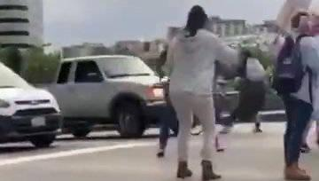 西雅图,一辆福特冲过抗议人群逃窜。现在已经被人肉出来……