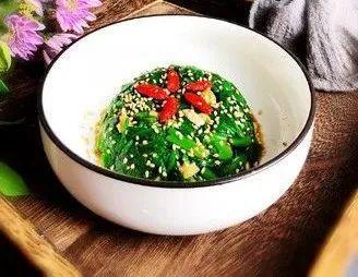 精选美食:烤冷面、地三鲜、凉拌菠菜、素炒豆芽的做法