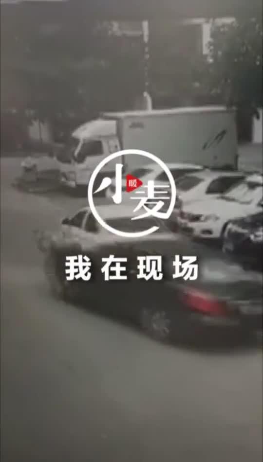 男子在小区内撞飞居民并二次碾压,现场视频曝光!