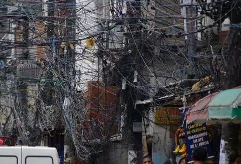 印度男子徒手接电十年, 工作环境让人看了心惊胆战