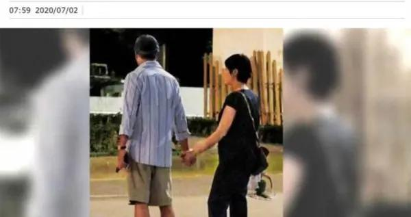 李宗盛与小27岁娇妻三婚恩爱 十指紧扣深夜出街
