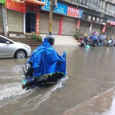 全员堵路上…积水没过小腿!多条道路交通管制!昆明上班族心情很崩溃