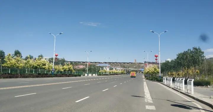 乌鲁木齐有一条七彩路!夏天可以看到秋景,公园广场一路相伴!