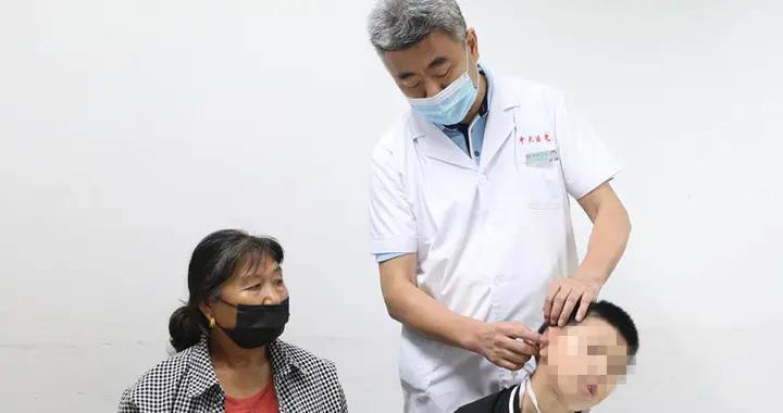 """8岁男孩在南京圆了""""耳朵梦"""",中大医院""""爱耳公益行动""""慈善手术进行中"""