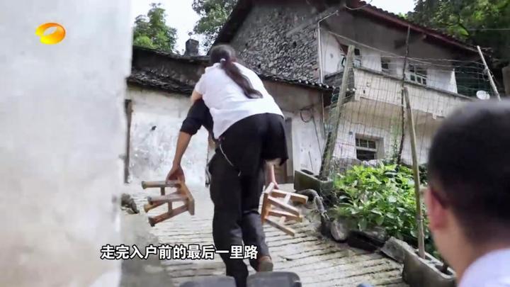 """平民英雄:""""板凳村医""""被丈夫背着上山给村民看病,已坚持16年!"""